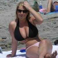 Ellenállhatatlan bikinis csaj felvétele
