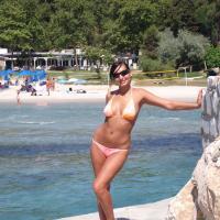 Ellenállhatatlan bikinis csajszi fotója