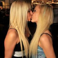 Szöszik csókba forrva