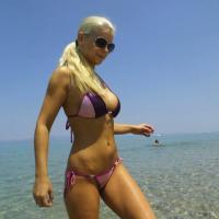 Szexi bikinis lány felvétele